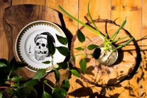 Bloggers Kitchen: Olivenholzbrett vom Markt, Teller von Frau Ines, Baumscheiben, nachgezüchtete Frühlingszwiebeln