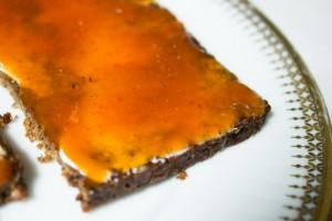 Pumpernickel mit Margarine und Hagebuttenmarmelade