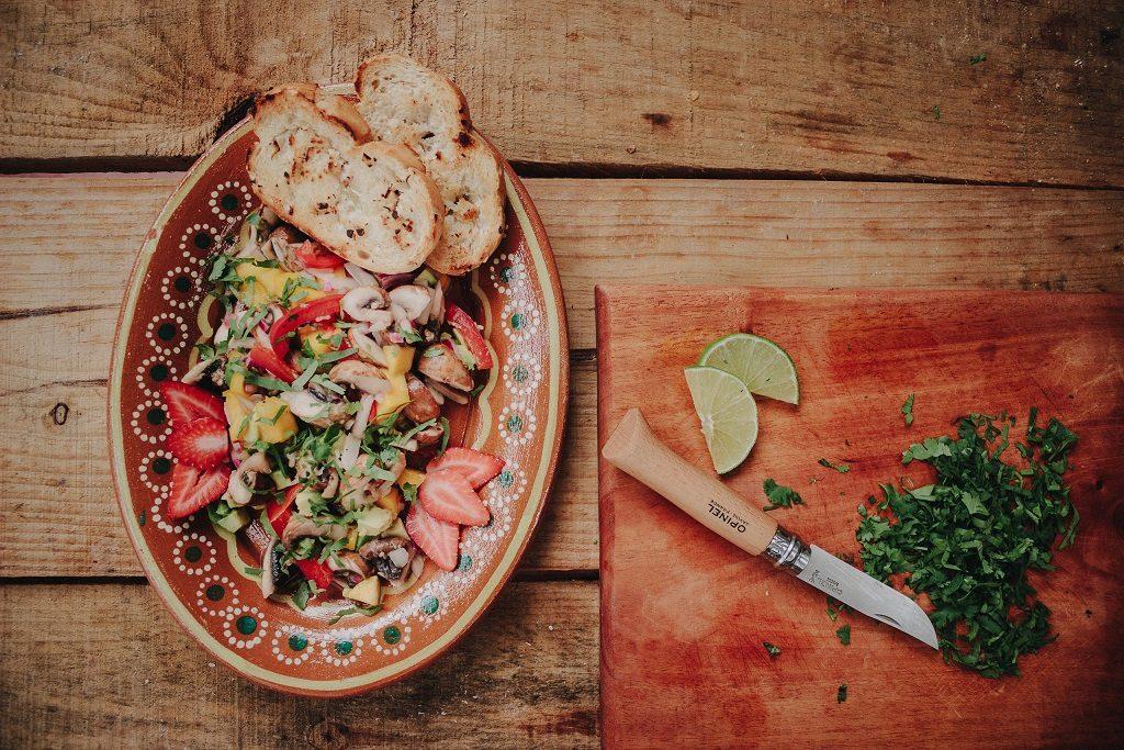 """Foto: """"Outdoor Cooking Vegane Rezepte für den nächsten Roadtrip"""" - Champignon Ceviche"""