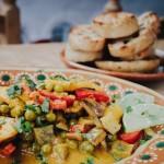 """Foto: """"Outdoor Cooking Vegane Rezepte für den nächsten Roadtrip"""" - Karibisches Kochbananen-Curry"""