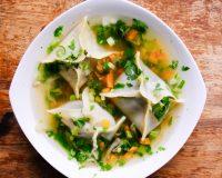 Wan Tan Suppe mit Shiitake, Erbsen & Koriander